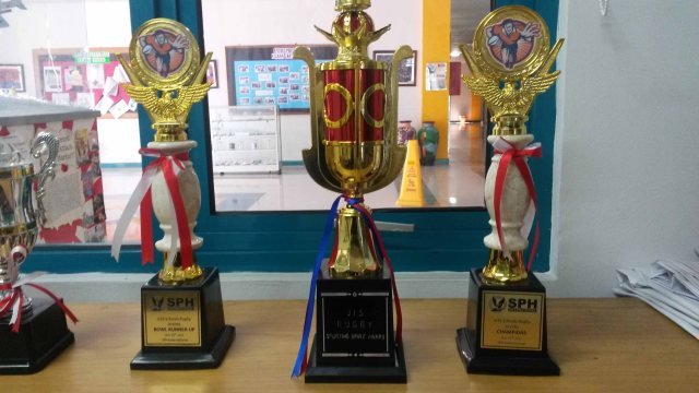 2013 trophies rugby low res